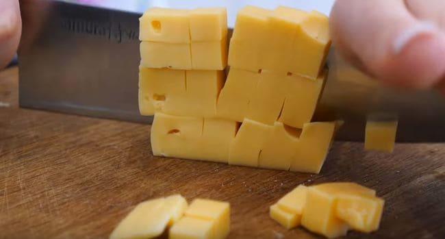 остальной сыр нарезаем на кубики