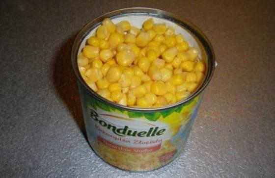 открываем банку кукурузы сливаем жидкость