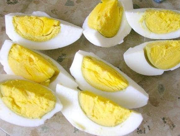 отваренные яйца разрезаем на 4 части