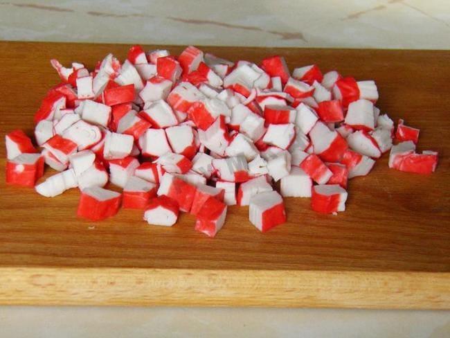 палочки крабовые нарезаем кубиком