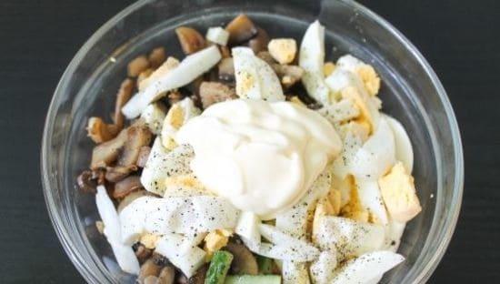 перемешиваем все продукты салатика и добавляем майонез