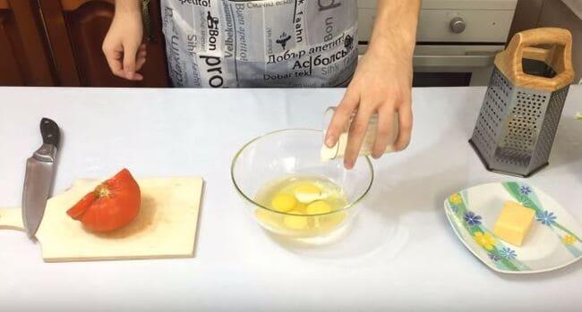 разбиваем яйца в миску и добавляем молоко