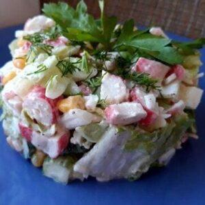 Крабовый салат с пекинской капустой кукурузой и огурцом