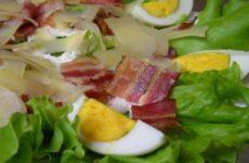 Салат с беконом жареным и листьями салата