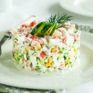 Салат с крабовыми палочками и огурцом - рецепт с фото