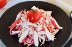 Салат с крабовыми палочками и помидорами простой рецепт