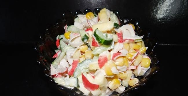 салат с крабовыми палочками и яблоком