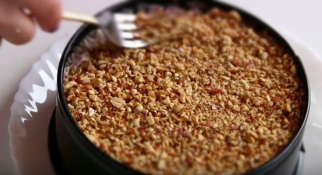 седьмой слой выкладываем арахис на ветчину