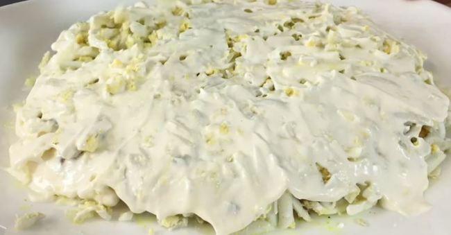 слой с яйцами промазываем соусом