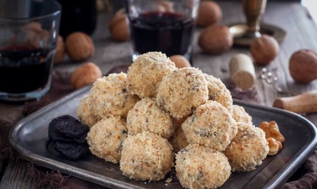 сырные шарики с черносливом, грецкими орехами и чесноком