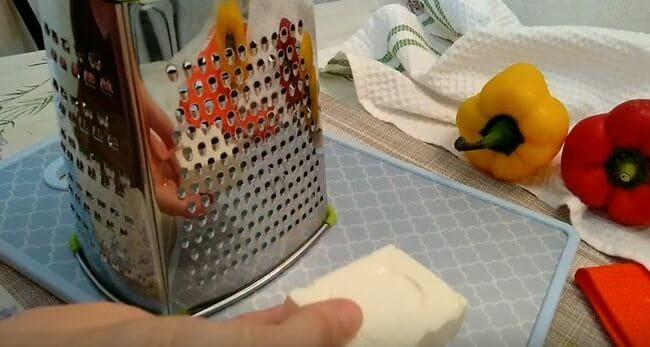 сырок натираем на мелкой терке