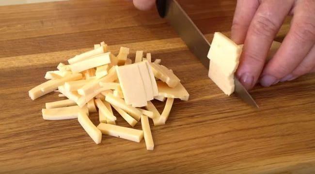 твердый сыр нарезаем соломкой
