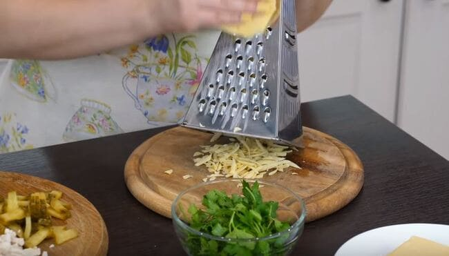 твердый сыр трём на крупной терке