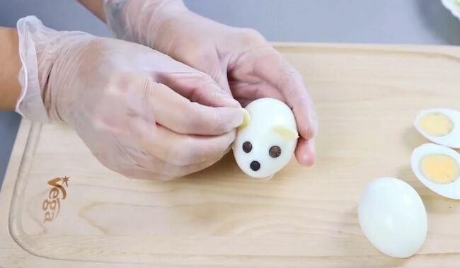 ушки делаем из пластика сыра