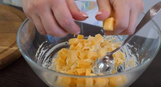 в миску добавляем нарезанный кубиками сыр