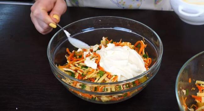 в салат добавляем майонезную заправку