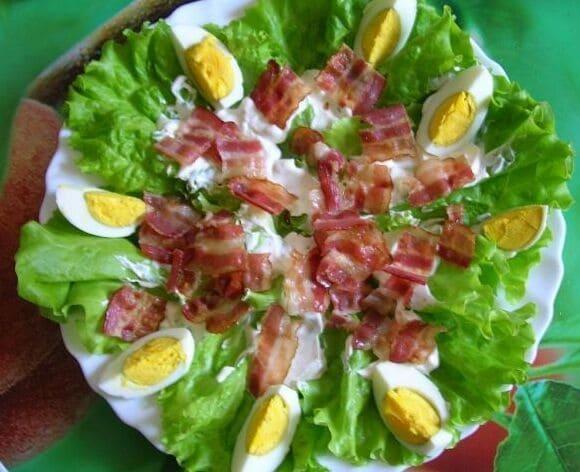 выкладываем бекон яйца и сыр