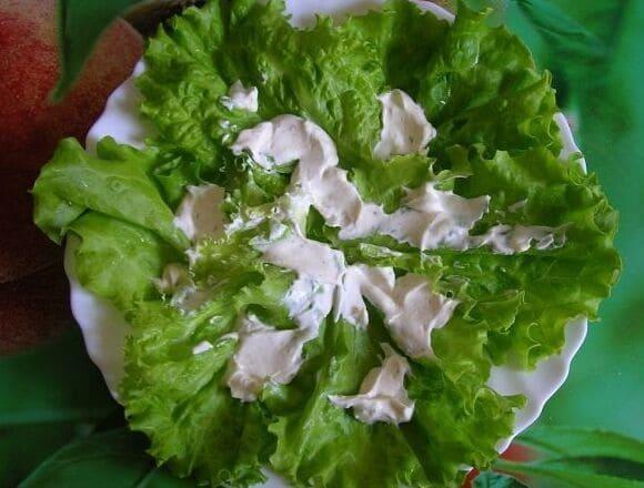 выкладываем салат на блюдо и поливаем соусом