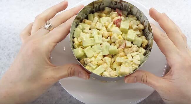 выкладываем салат в металлическое кольцо