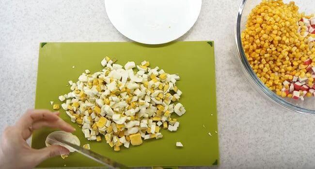 яйца куриные режем кубиками