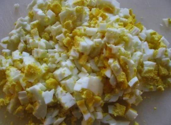 яйца отвариваем вкрутую чистим и нарезаем