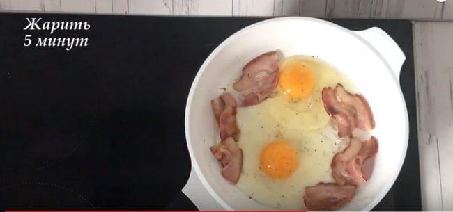 в середину разбить яйца