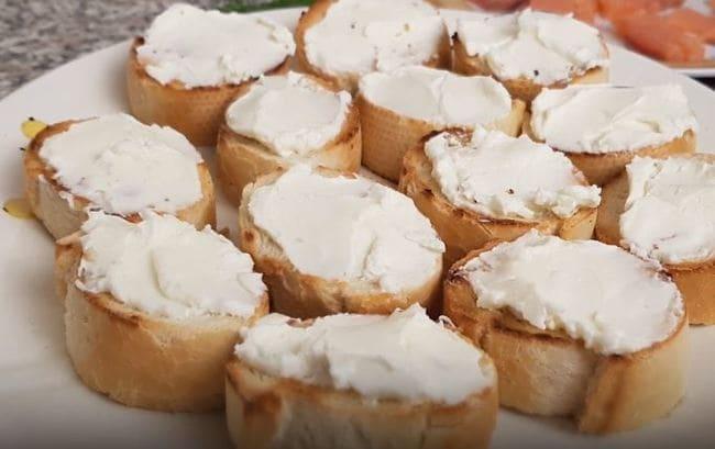 багет мажем творожным сыром в небольшой слой