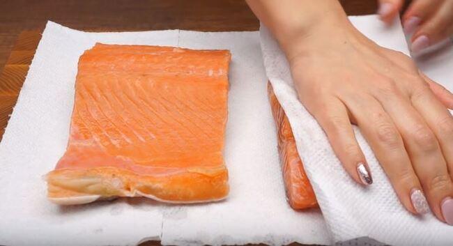 бумажными полотенцами с рыбы убрать влагу