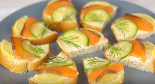 бутерброды красиво выкладываем на блюдо