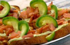 Бутерброды с авокадо и красной рыбой простые и вкусные