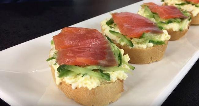 бутерброды с красной рыбой на багете