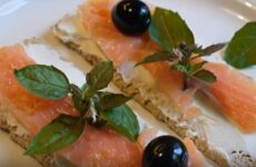 Бутерброды с семгой и маслинами: простой и вкусный рецепт