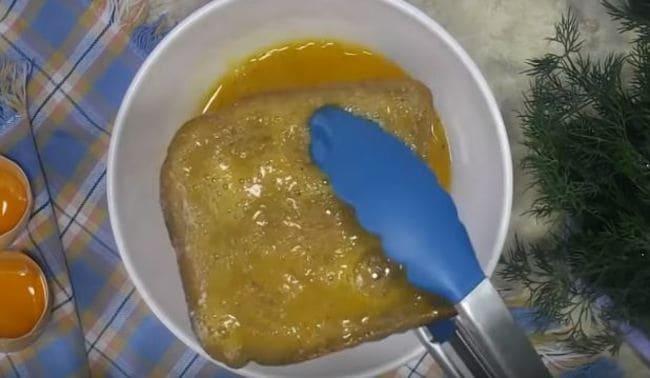 целые ломтики обмакиваем во взбитом яйце