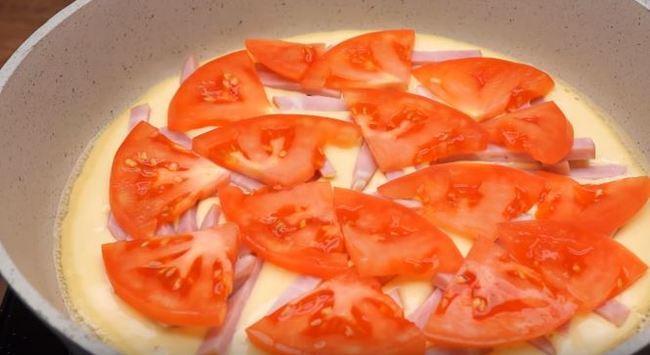 далее на колбасу выкладываем помидоры
