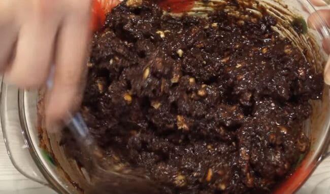 добавляем глазурь из какао перемешиваем