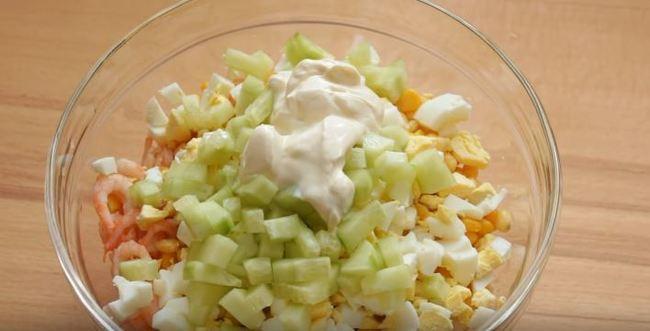 добавляем в салатик майонез
