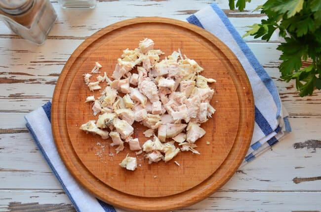 филе курицы нарезаем кубиками или мелкой соломкой