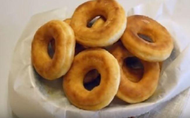 готовые пончики выкладывайте на бумажные полотенца