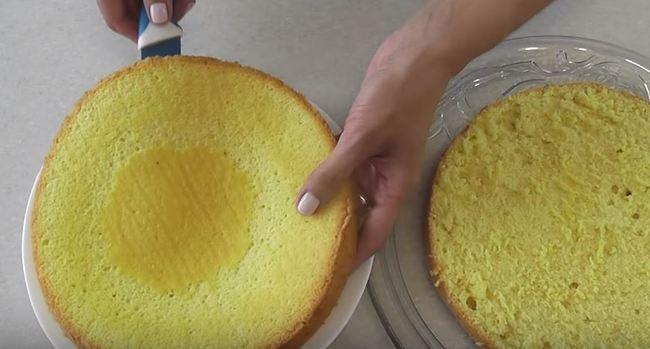 готовый бисквит разрезаем на две части