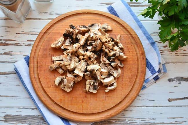 грибы обжариваем и мелко нарезаем