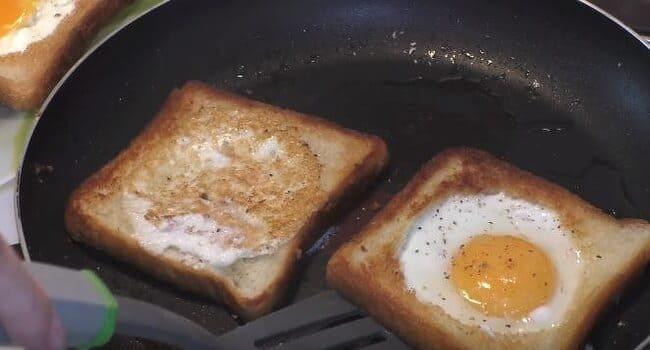 как только яйца схватились переворачиваем ломтики