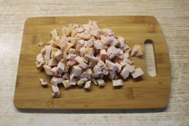 куриное мясо нужно нарезать небольшими кубиками