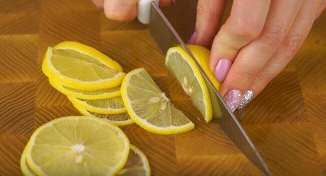 лимон нарезаем полукольцами