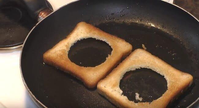 ломтики хлеба обжариваем на сковороде с двух сторон