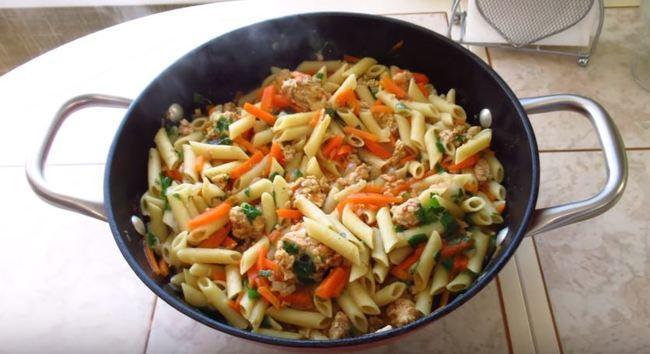 макароны с фаршем на сковороде
