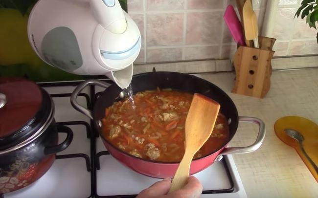 макароны заливаем кипячённой водой