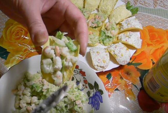 массу по пол столовой ложки выкладываем на чипсины