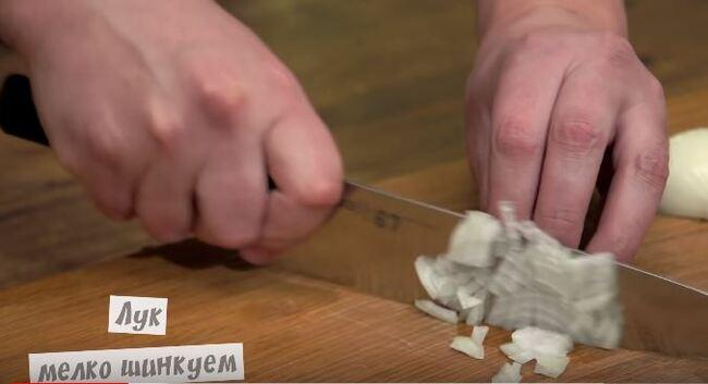 мелко режем репчатый лук