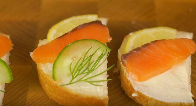 на бутерброд кладем красную рыбу