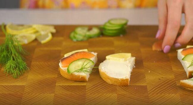 на бутерброд кладем кусочек лимона